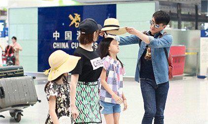 佟大为与妻子关悦带孩子亮相机场,佟大为帮女儿戴帽亲和力满分