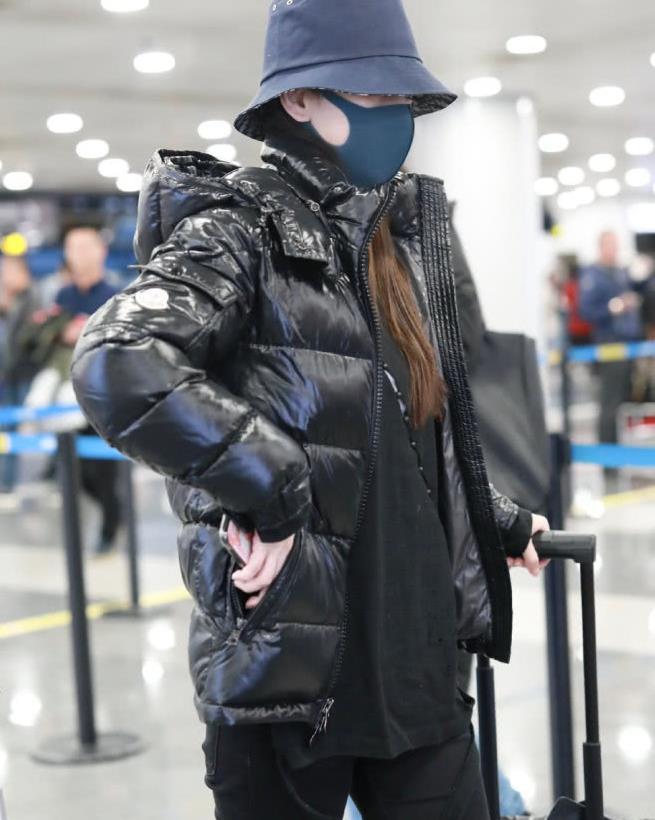 今天又是酷帅的baby,全黑穿搭亮相机场,保暖措施完全做到位