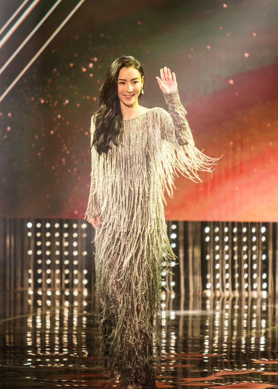 张柏芝颁奖典礼红毯压轴,回眸一笑美背尽显
