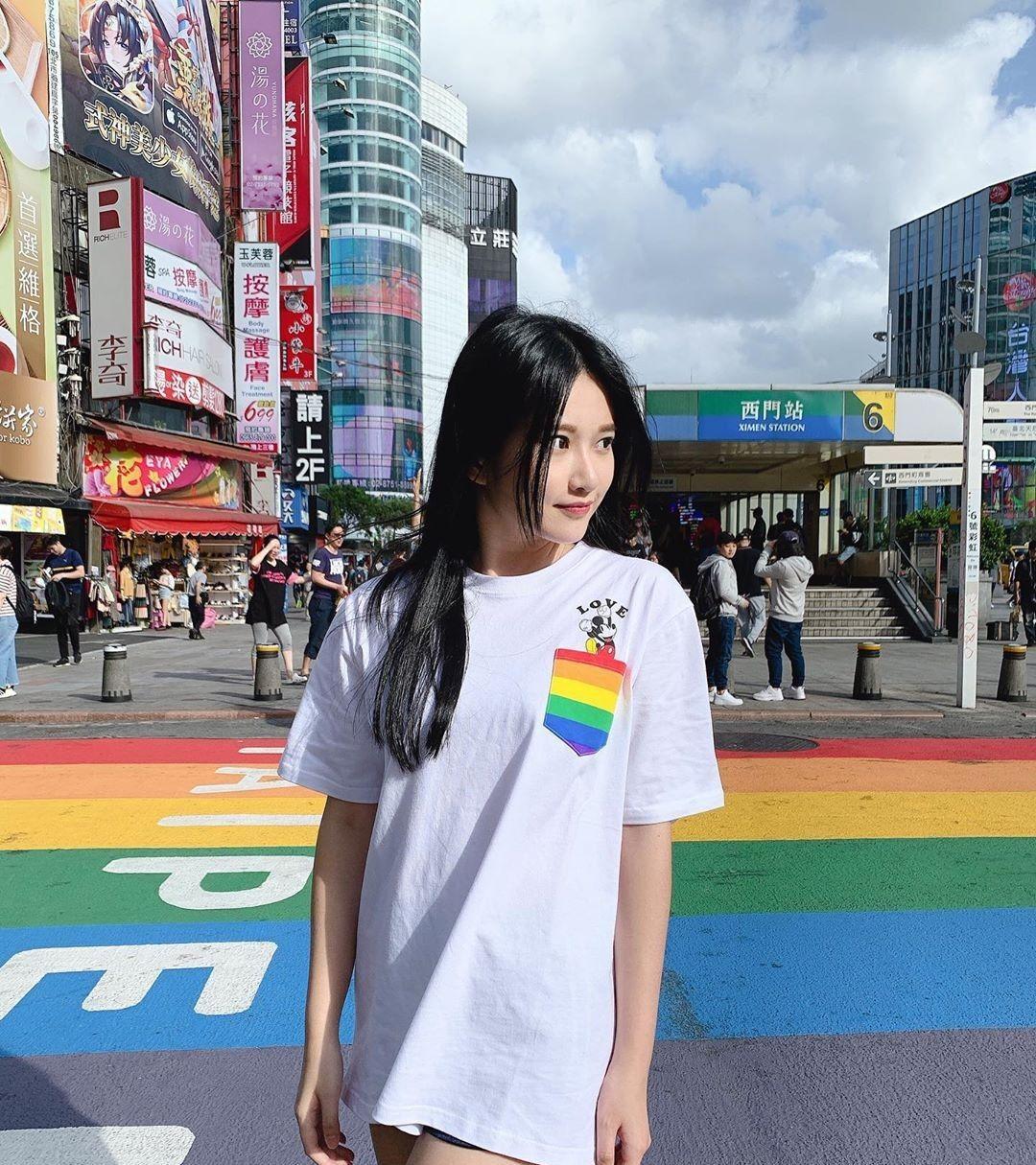 长相清秀的女大学生穿着白色T恤,灿烂的阳光邂逅了她最美的青春