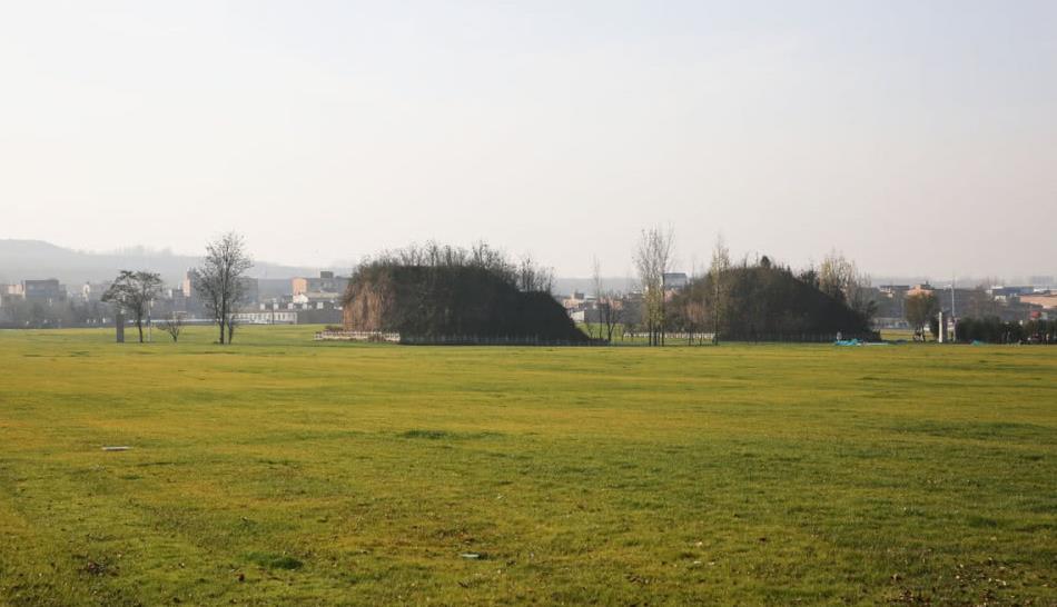 西安南郊这片围着汉代古墓的草坪真大,城南新添绿色氧吧
