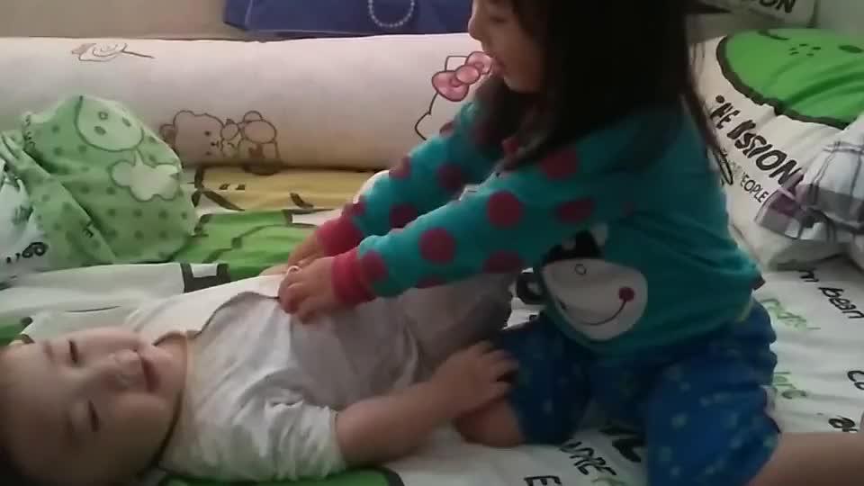 暖心 2岁姐姐睡前逗8个月的弟弟笑 看到这对宝贝突然好想生二胎