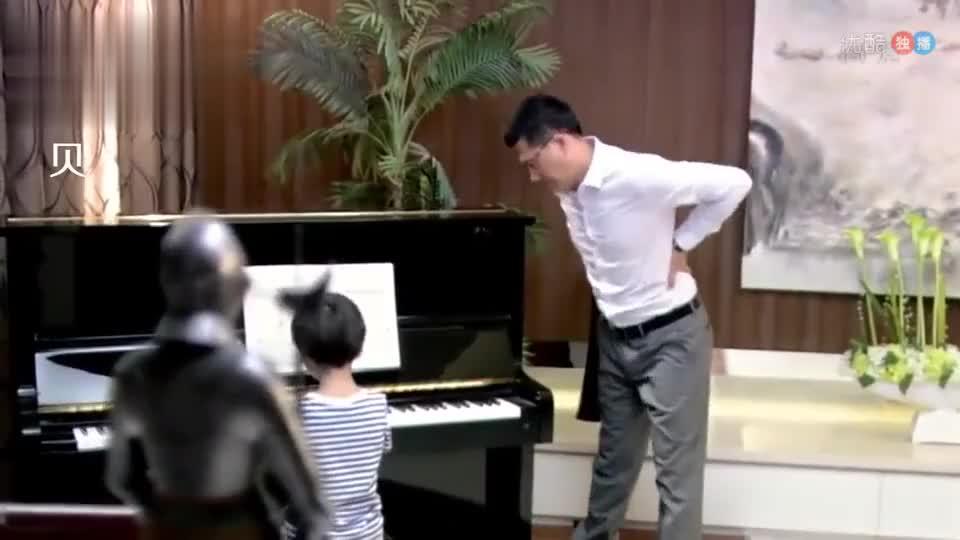 不懂钢琴的爸爸监督儿子练琴儿子故意乱弹不料妈妈在远程监控