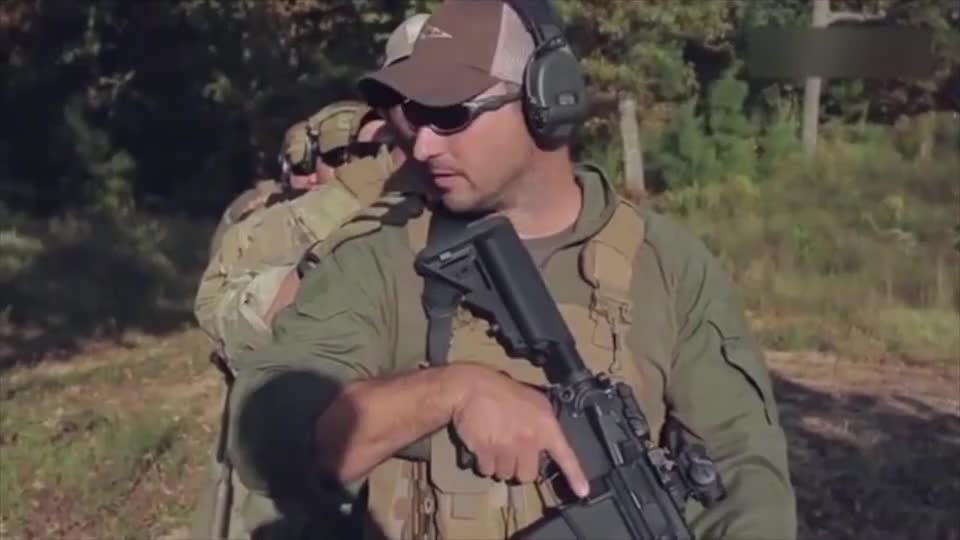 军械百科:美国大兵交替掩护进行射击撤退,没经过训练的配合不来