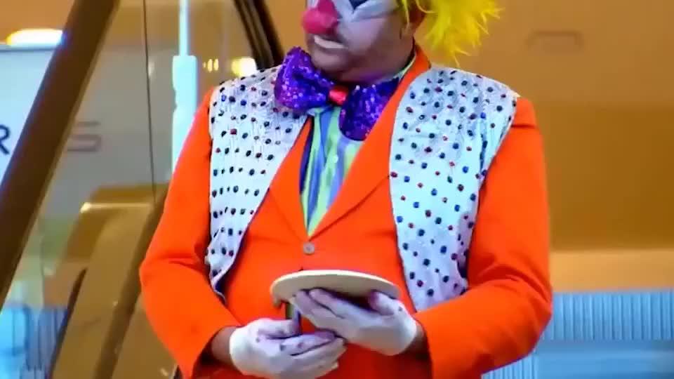 电梯小丑恶作剧:砸路人一脸的奶油蛋糕,太坏了