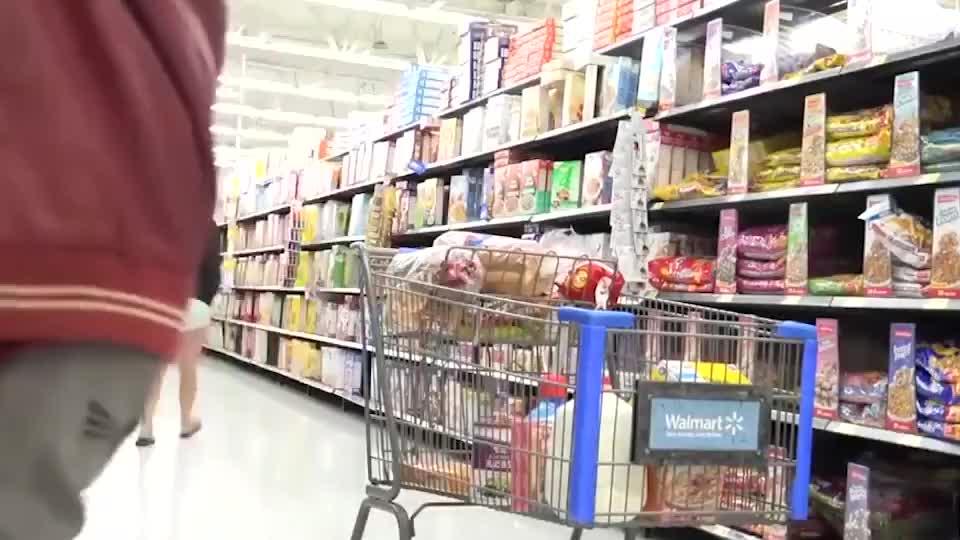 超市恶作剧:偷偷往顾客的购物车里塞东西,你是被聘请的推销员吧