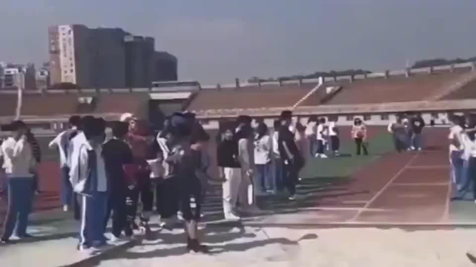 才接触背跃式半年就跳出这个高度他的体育老师高兴的跳起来了
