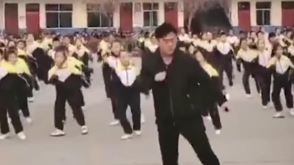 真嗨呀校长带全校小学生跳鬼步舞学校没人会我就自己教