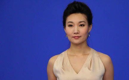 她主持新闻联播12年,一直戴假发,当她取下假发时竟是这样