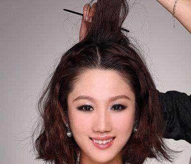 第一步:中分的齐肩短发在两侧分别取少量的发丝编织成精致的蜈蚣辫