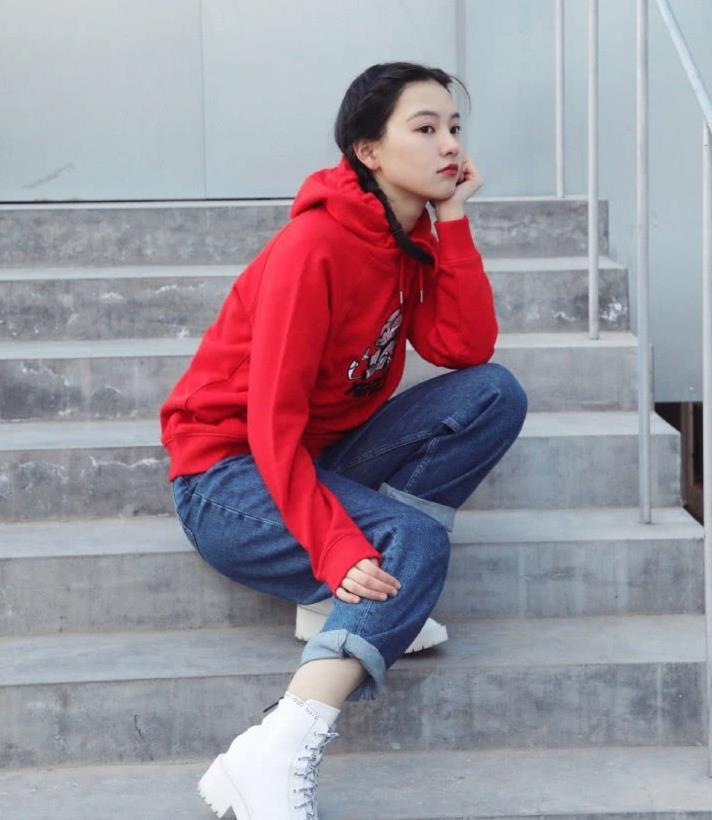 """曾在网络爆红被称为""""武大女神"""",今穿红色卫衣扎小辫,明艳俏皮"""