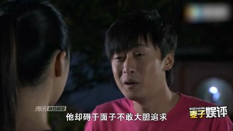 刘亚被骚扰和跟踪抗休克愤怒和反眼与朋友们在一起.