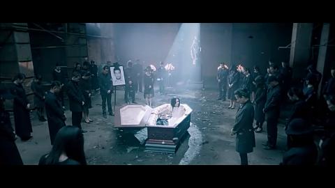 任小妍发现自己跟未婚夫躺在棺材里,打破棺材,逃了出来