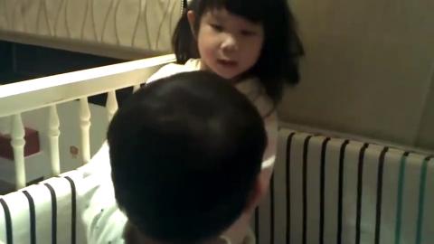 熊孩子姐弟打架实拍 弟弟虽小却不言败 顶着姐姐的击打顽强反击!