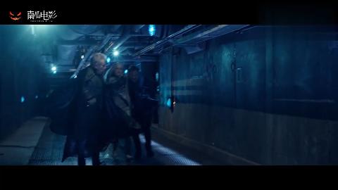 X战警冰人为救小淘气拦住了哨兵自己却被哨兵集火融成液体