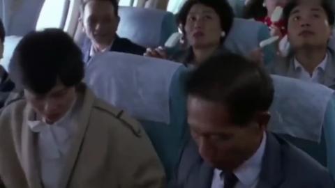 """洪金宝携带""""八两金""""坐飞机衣锦还乡,这空姐是开玩笑的吧"""