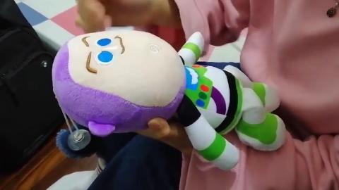 育儿达人示范宝宝异物卡喉如何进行急救 学会了关键时刻能救命!