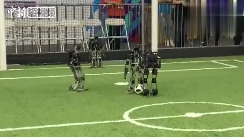 会踢足球的机器人你见过吗智能机器人上演AI世界杯