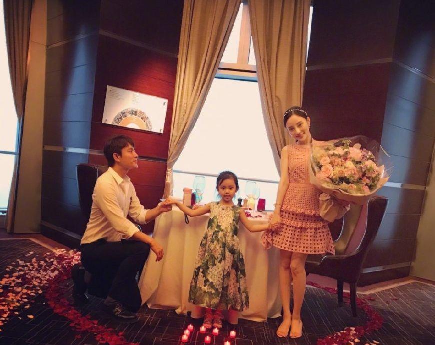 李小璐出席活动,每次礼服都很漂亮,网友:最后一张表情是亮点!