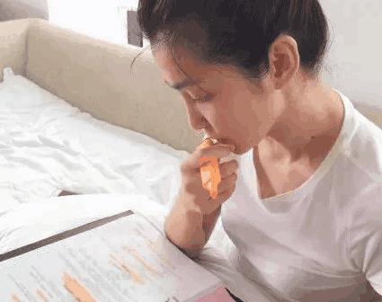 谢娜带病工作被送进医院, 躺在病床上还是消停不下来