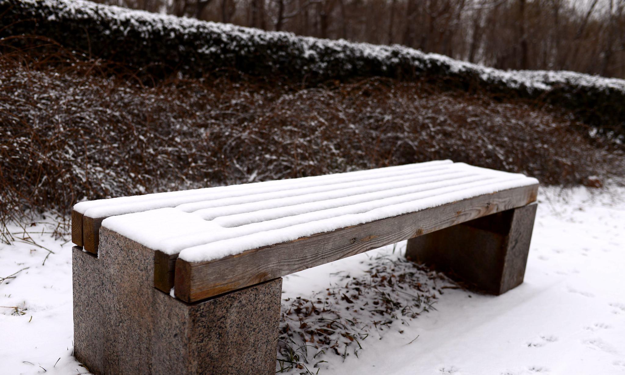 雪天骑行,在路边发现一个小公园,雪景不错啊!