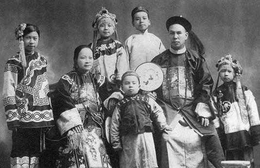 难得一见的晚清时期照片:官员与家人的幸福合影,蒙古妃子气场强