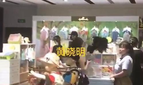 Baby黄晓明被传离婚后合体,给小海绵买衣服,男方就像小跟班
