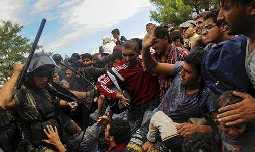 欧洲军队阻止难民进入照,难民都跪下了,依然被军棍殴打