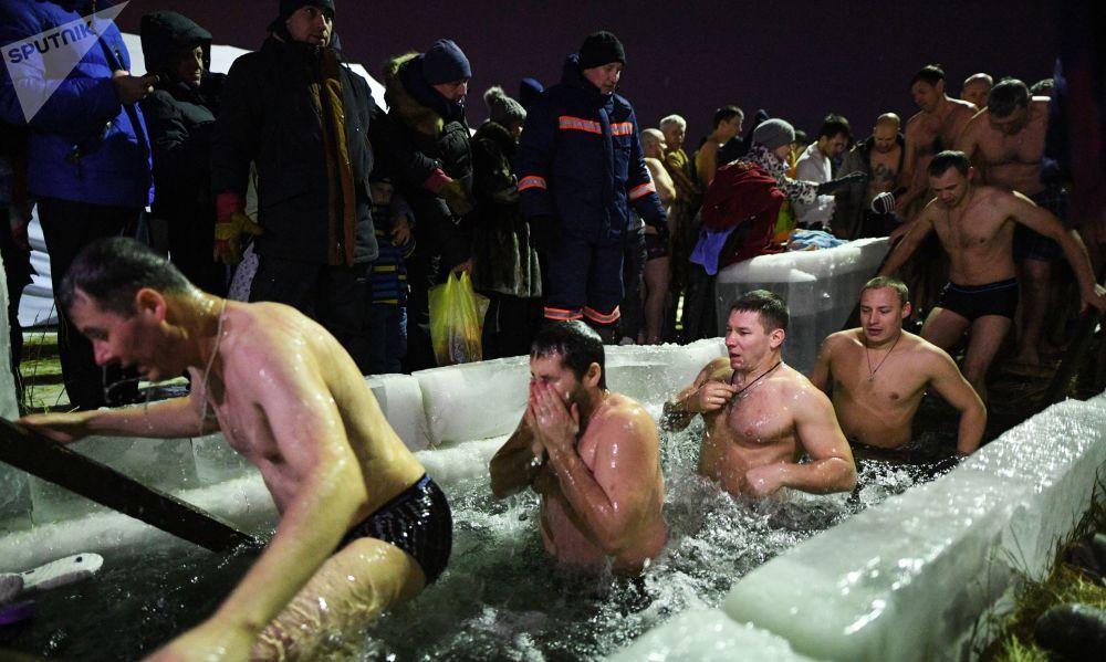 俄罗斯女孩在冰冷刺骨的冰湖里主显节沐浴