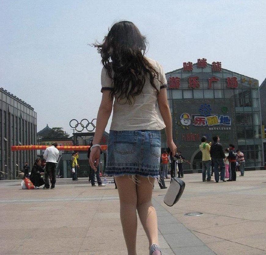街拍:步行街上的牛仔短裙丰腴美女,长发飘飘瀑布般的美
