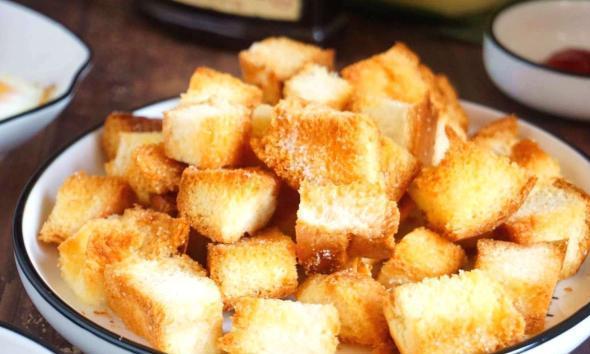 面包变硬没人吃先别扔,10分钟做成零食,喷香酥脆1口1口停不下来
