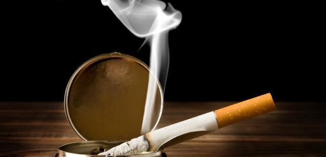 烟灰缸里烟味重,掐不灭?试试这方法,净烟除垢,减少二手烟