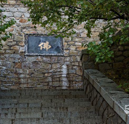 泰山玉泉寺岩石上的脚印真是佛祖留下来的吗?