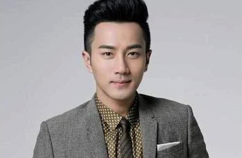 44岁刘恺威穿西装精致有型,仔细看脸不对劲,网友:动下巴了?