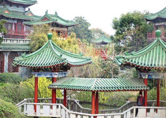 秋水广场位于赣江之滨,和对面的滕王阁隔江相望,南昌必去的景点