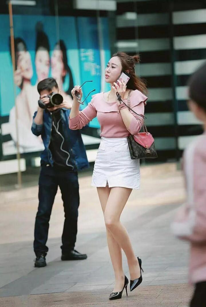 街拍:干练性感俊美的小姐姐,凹凸曼妙,简单时尚美的没道理!
