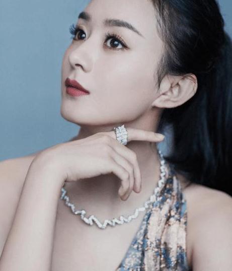 为闯进时尚圈,赵丽颖会参加芭莎慈善夜,主办方给她预留C位