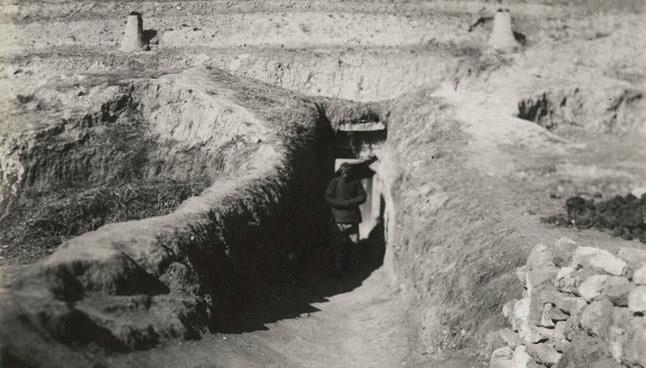 老照片,上世纪三十年代的内蒙古,山区穷人住窑洞