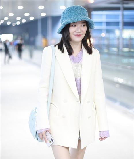 32岁袁姗姗真会穿!白西装配热裤清新减龄,换公主切发型美得冒泡