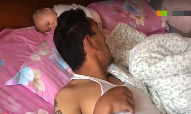 """老爸带娃睡觉,娃没睡自己先睡着了,一觉醒来发现""""娃丢了"""""""