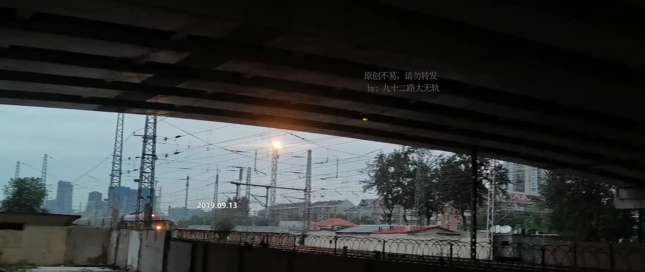 北京开往白城的K1023次火车通过东风地道开往天津塘沽