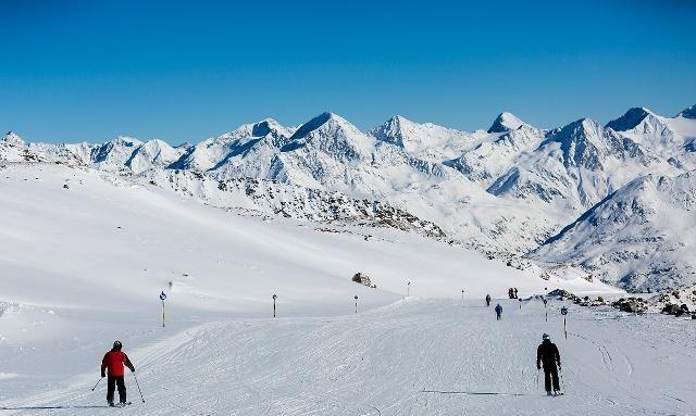 亚布力滑雪旅游度假区,坐落于哈尔滨,是有名的滑雪胜地之一