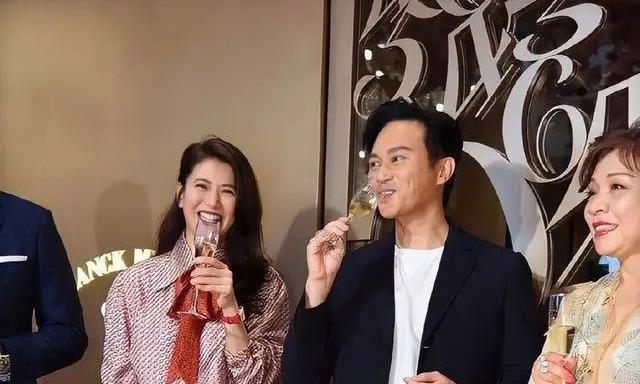 47岁袁咏仪穿印花蝴蝶结衬衫,时髦减龄,还与90后杨紫撞了衫!