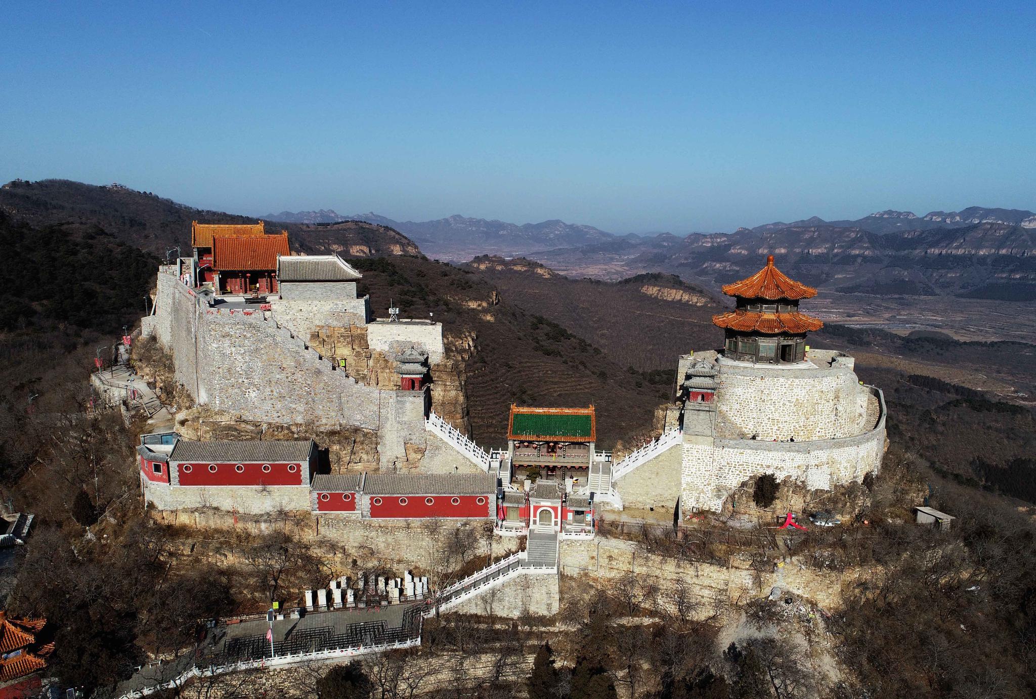 北京有句谚语:东有丫髻山,西有妙峰山,空中欣赏百年丫髻山风光