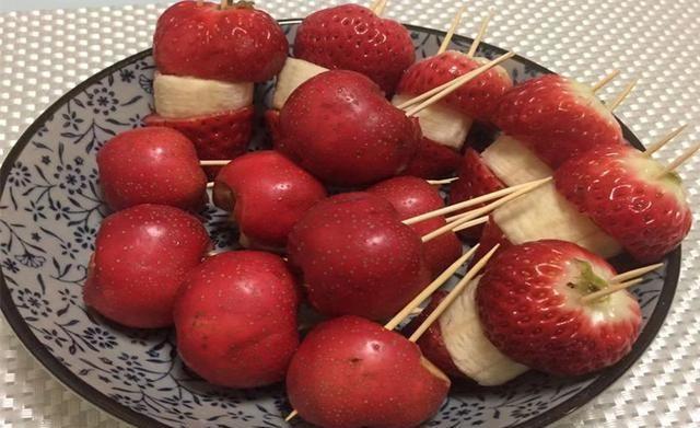 萌萌的冰糖葫芦,周末在家做几串,小朋友吃得真开心!