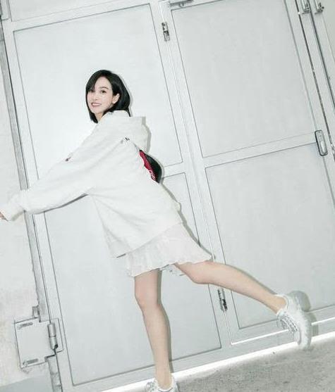 宋茜身材真好:穿白色西服搭白T露出小蛮腰,时髦简约又高级