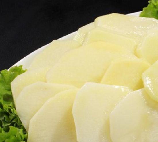 来感受中国美食,精美而美味的红烧土豆片,一起看一下