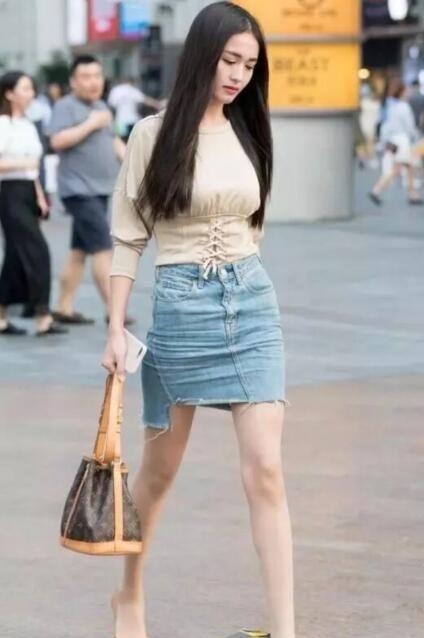 街拍:最萌身高差美女,高挑的身材,大长腿让人羡慕