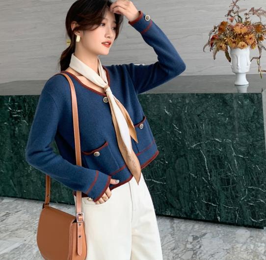 蓝色V领开衫外套,超级百搭且时尚感十足