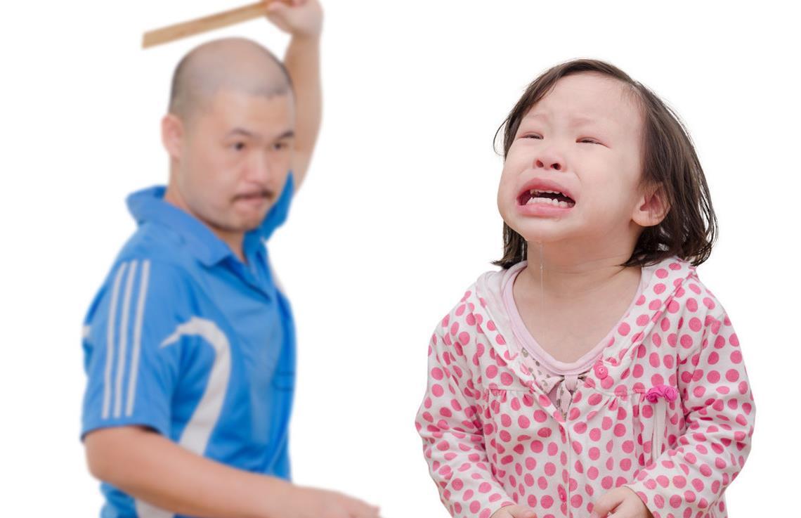 父母忍不住打孩子,真是因为孩子做错了事吗?问题出在爸妈情绪上